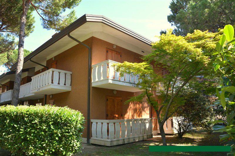 Lignano Pineta appartamento con giardino in condominio di due piani