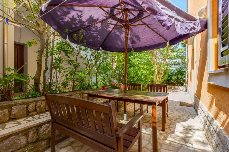 Lussino case vacanza. Mali Losinj appartamento con spazio esterno per mangiare